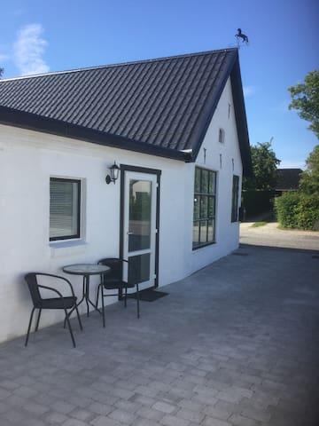 Charmerende ombygget smedje i hyggelige Ejby - Lille Skensved - House