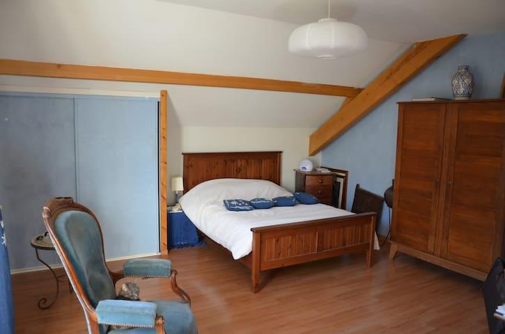 grande chambre avec sdb dans villa - Gruffy