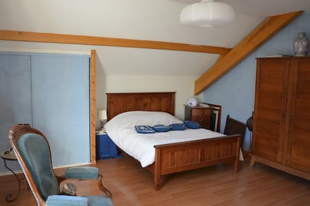 grande chambre avec sdb dans villa - Gruffy - House