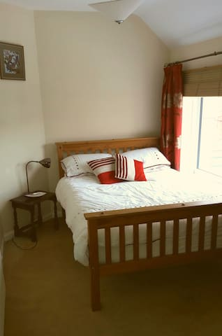 Bright Double Room Available - Bristol - Casa