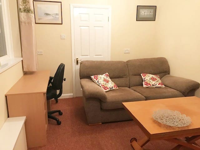 Flat nr Derriford hospital for key staff only