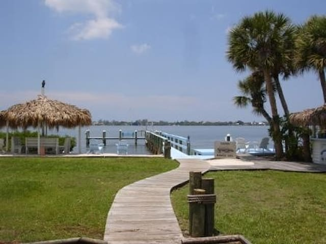 Charming Waterfront retreat - Englewood - Vacation home