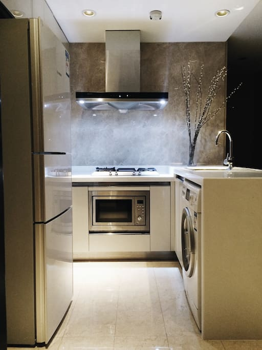 Fully equipped kitchen with new appliances. 全新廚房,設備齊全。
