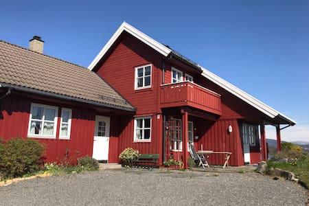 Flott utsikt fra koselig hus på Bjorøy