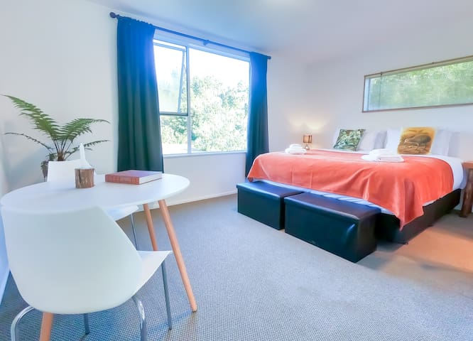 NEW - Deluxe Super-King Twin Room at Rowi Hill