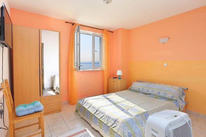 Studio flat with air-conditioning Mali Rat, Omiš (AS-18485-d)