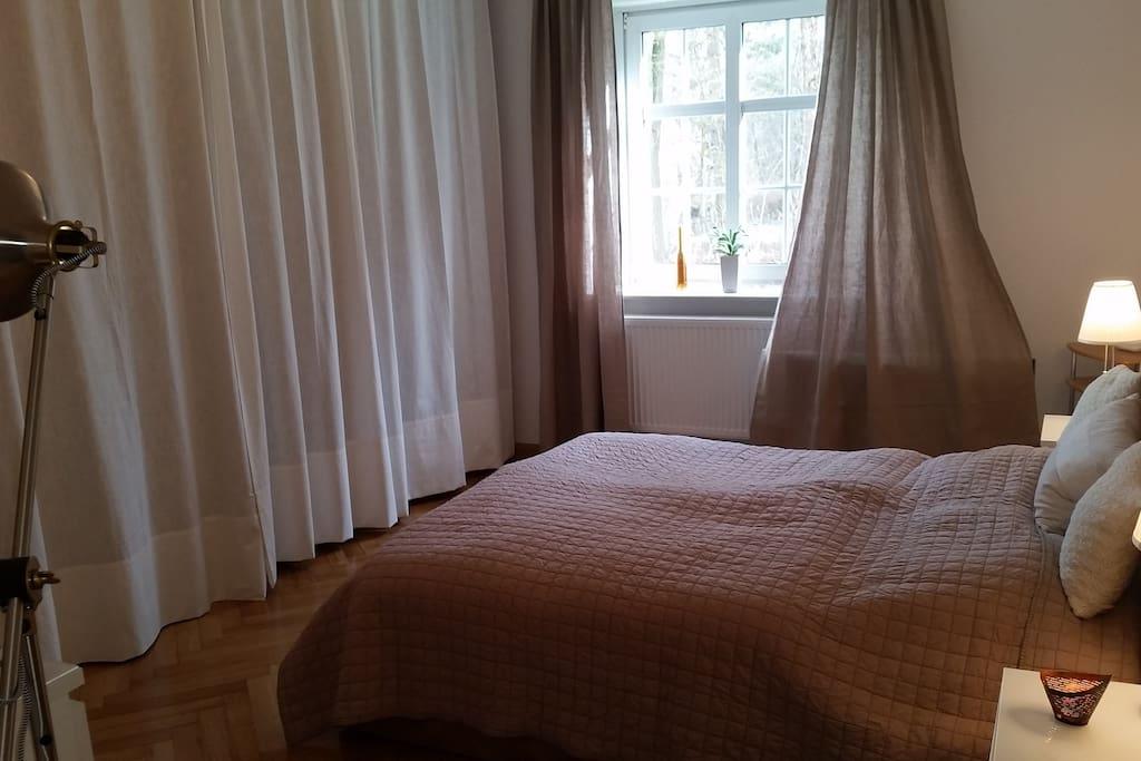 Schlafzimmer Blick zum Fenster / Bedroom with view window