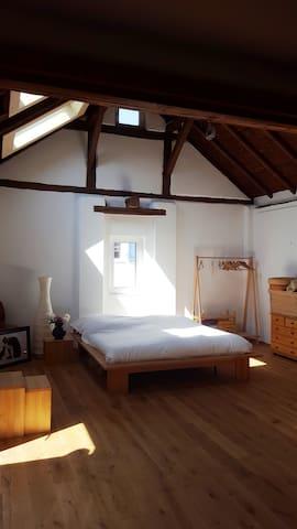 Riesiges Schlafzimmer in der ersten Etage.