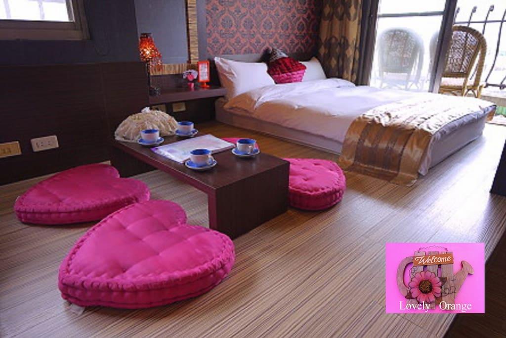 日式風格和室區~木質地板 空間可以活動……桌子+愛心墊也可以收藏收納到衣櫃裡。