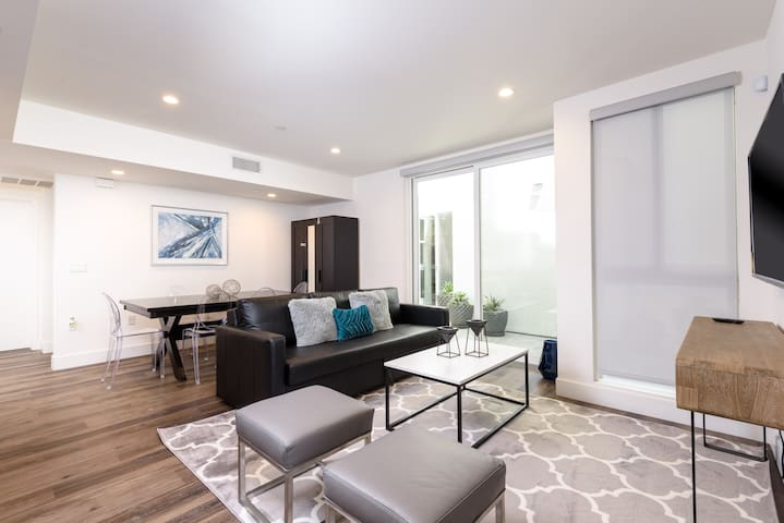 ENTICING 2 BED 2 BATH APT IN HOLLYWOOD LARCHMONT