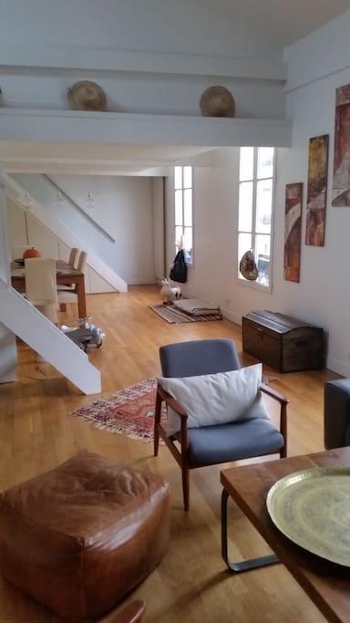 Un premier escalier mène à la mezzanine et un second aux chambres des enfants