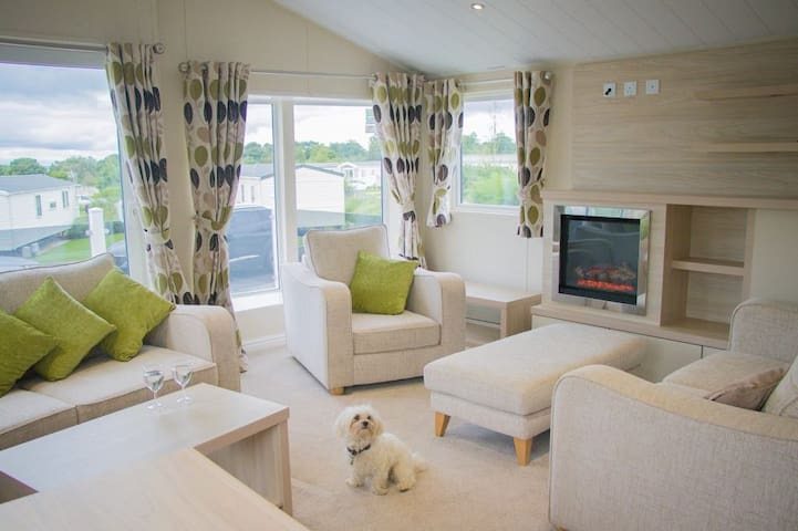 Edinburgh luxurious lodge, beach, sleeps 6, pool
