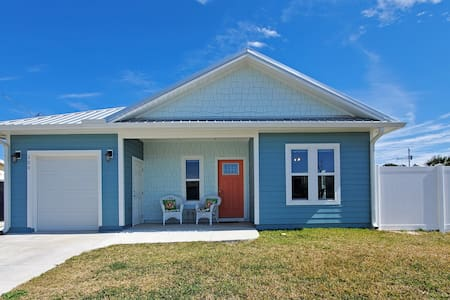 1 Year Old Pet Friendly House 1 Block to the Beach