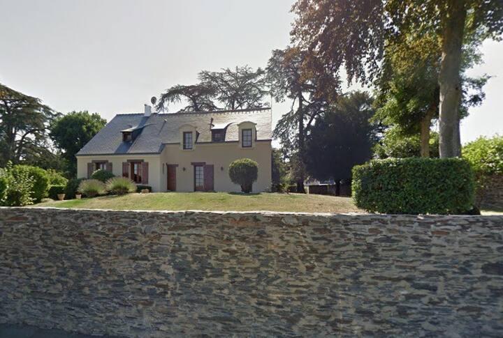 Chambre et SDB avec jolie vue dominant la Mayenne