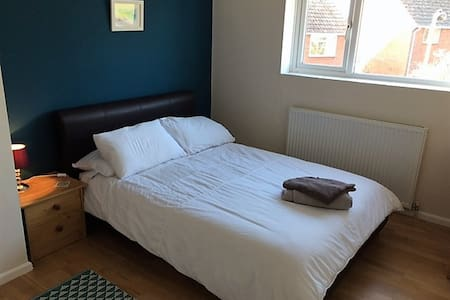 Newly decorated private double bedroom & bathroom - Exmouth - Maison