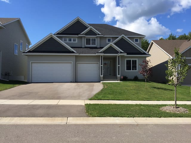 Newly Built Chaska Home - Minutes from Ryder cup! - Chaska - Dům