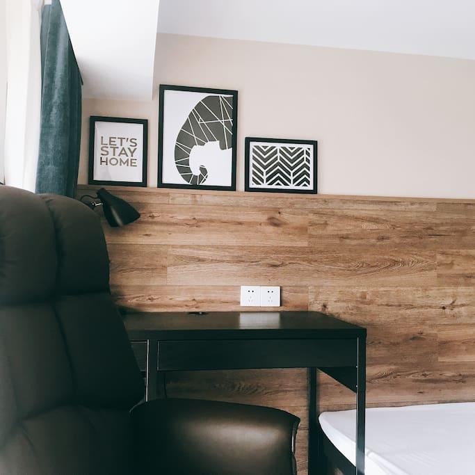 主卧配有电视,还有台灯、挂画、书桌,以及舒适的皮椅哦,不管化妆还是办公,轻松搞定