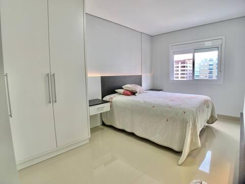 Apartamento 3 dormitórios de frente no Navegantes