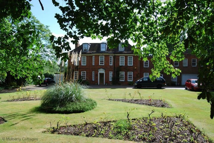 Brook House, a 6 bedroom family home in Beaconsfield - Beaconsfield - House