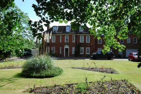 Brook House, a 6 bedroom family home in Beaconsfield - Beaconsfield