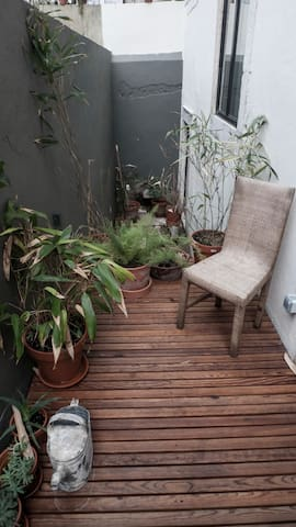 A small 4m2 terrace, a wooden deck and Lisbon's mild weather allow you an outside drink in the afternoon or a peaceful breakfast or brunch at home.