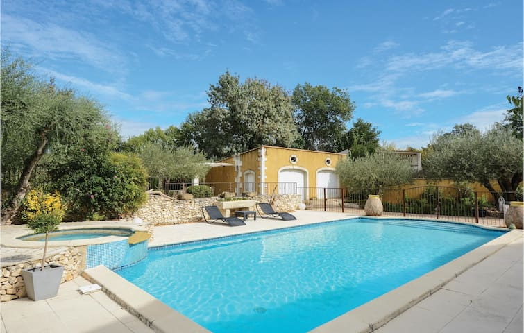 Semi-Detached with 3 bedrooms on 150m² in Montfrin