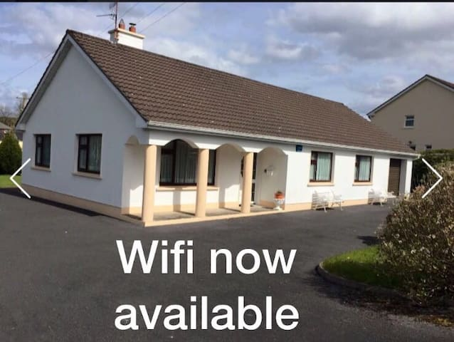 Granny's house in rural village. - Sligo - Bungalov