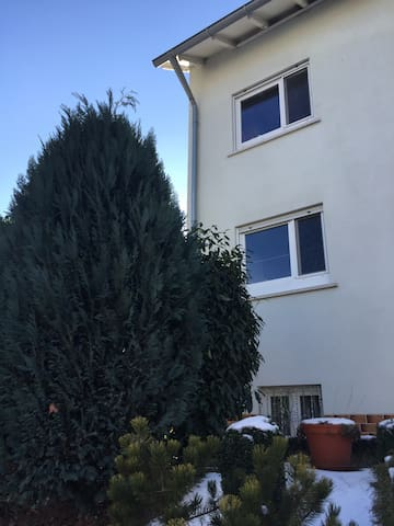 Schöne Wohnung nahe Adidas Outlet - Weisendorf - Appartement