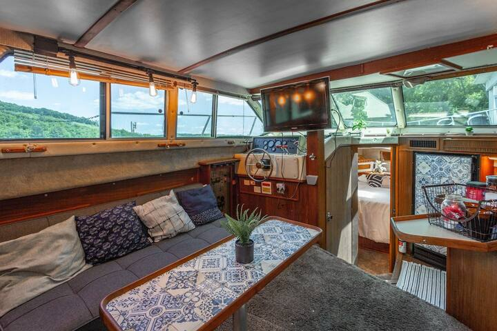 NEW Houseboat + Vintage RV + Hot Tub (GLAMPING)