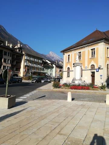 entre Ville - Depuis le parvis de l'église - Mairie - Poste - Place du Marché