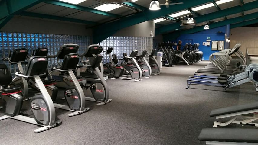 Large apartment @ GLA Airport with gym access