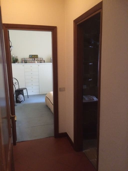 L'ingresso delella camera con l'antibagno e il bagno sulla destra