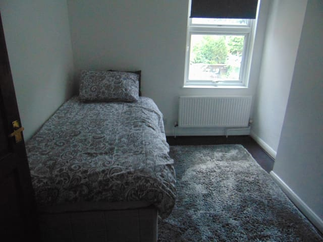 Nice Room in  quiet Road close by train into Lon