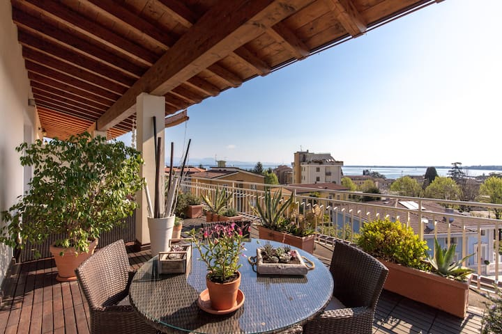 Attic with amazing view over the lake and castle - Desenzano del Garda - Aamiaismajoitus