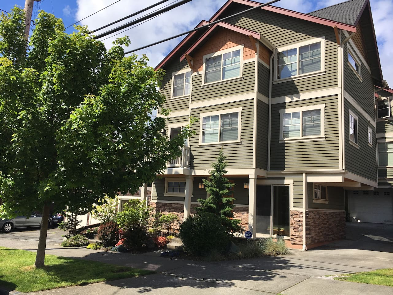Freestanding townhouse with three beautiful master suites in vibrant and convenient Fremont Seattle!