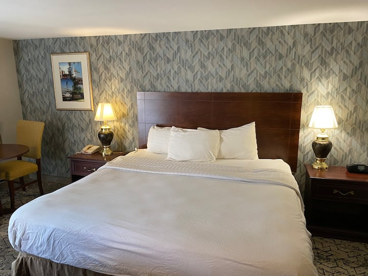 Whitemountain Lincoln nh,  King bed with Continental Breakfast including