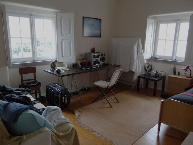 Room Lisbon (Parede) near sea and transport. - Parede - Hus