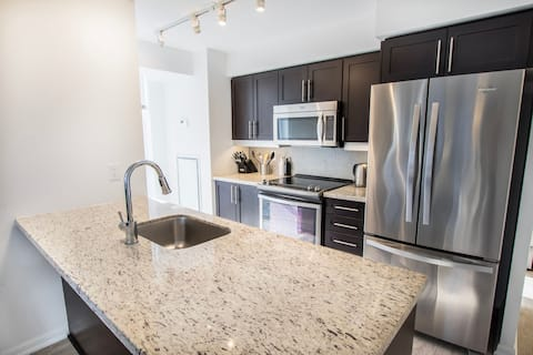Spacious & Modern 2BR Suite Downtown
