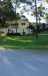 Quiet area close to the hustle and bustle - Fort Myers - Huis