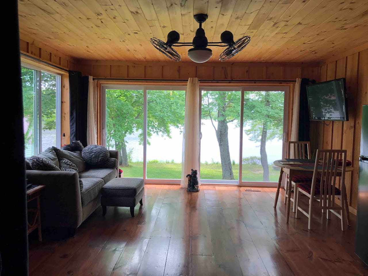 Spacious and bright! Fantastic view of the lake!