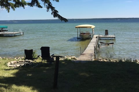 Lake front, Private, Cozy Cottage on Mullett Lake!