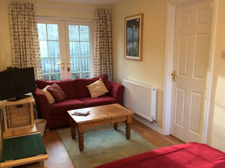 Private-access room and shower room near Edinburgh