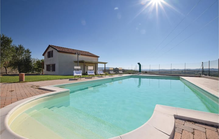 Nice home in Piancastagnaio (SI) with Outdoor swimming pool, Outdoor swimming pool and Jacuzzi