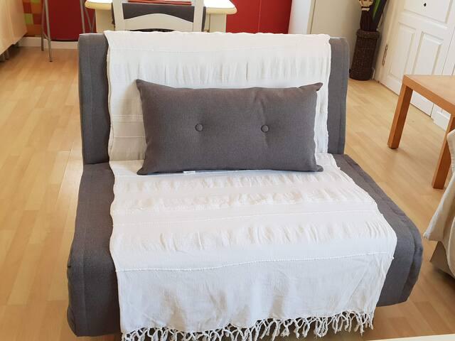 Sillón cama: perfecta opción para niños o 3er adulto (a consultar). Tiene 110 cm de ancho y es firme. Se facilita ropa para el sillón-cama y toallas extras bajo petición.