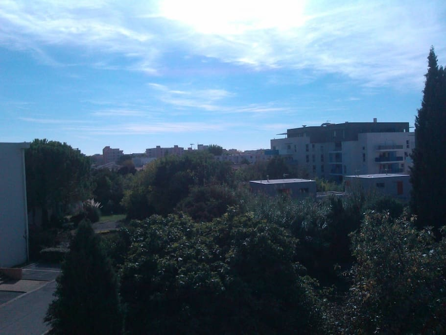 vue de la terrasse sur le jardin de la résidence, pas de vis à vis, très calme & agréable pour prendre un petit-déjeuner tranquille au soleil !