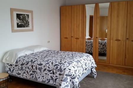 Großzügiges und helles Zimmer in 2er WG - Schlaitdorf - อพาร์ทเมนท์