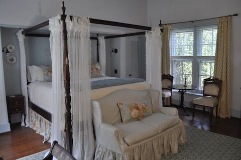 The Blue Room at Heritage Hill Bed And Breakfast