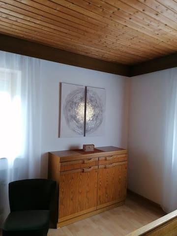 Schlafzimmer mit Doppelbett und großem Kleiderschrank.  Möglichkeit für Zustellbett.