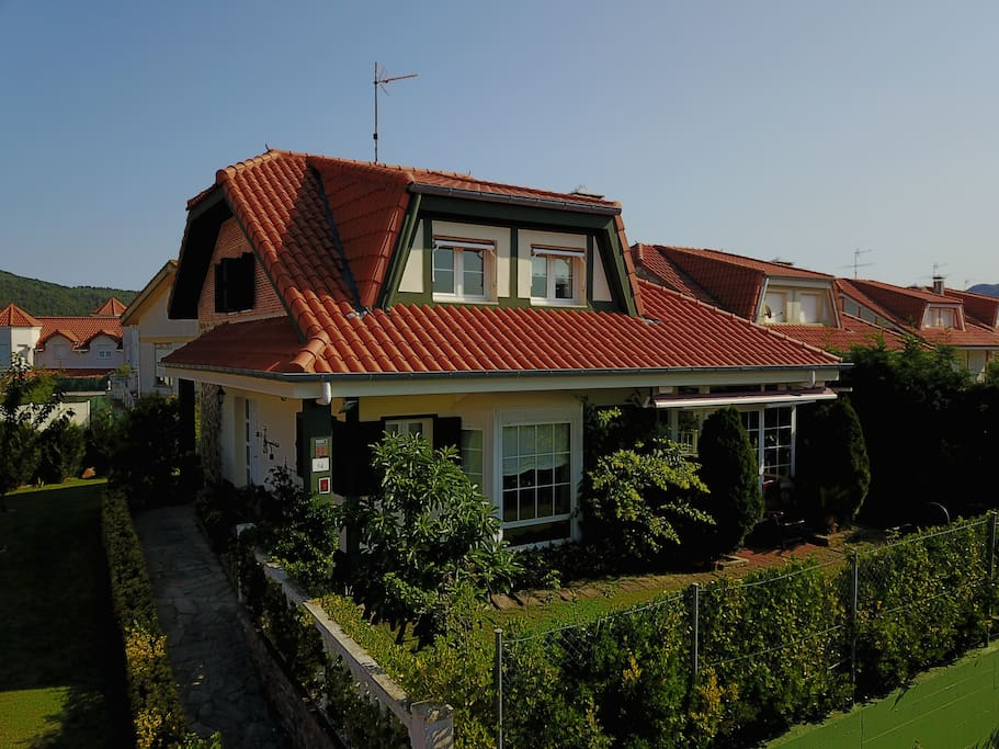 Casa chalet individual con jardin houses for rent in for Casa jardin cantabria
