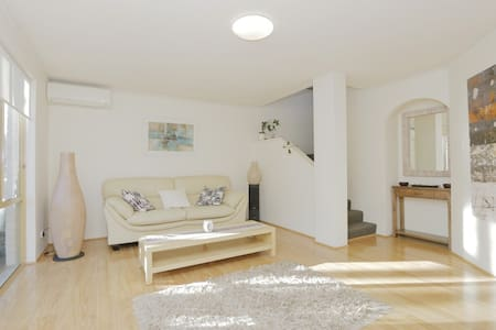 Excellent location, minutes to city - Mount Hawthorn